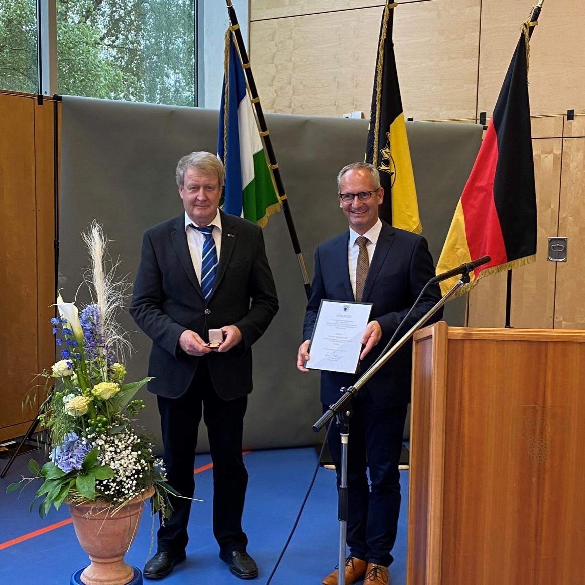 Klaus Holzmüller mit Bürgermeister Bänziger bei Übergabe der Urkunde und Medaille