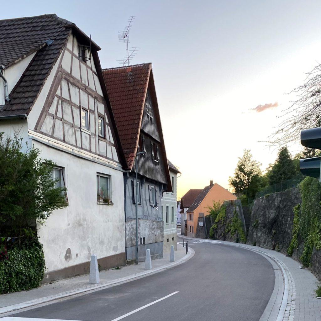 Bilder der Jöhlinger Straße mit den unterscheidlichen Pollern